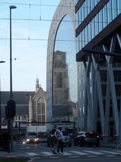Laurenskerk weerspiegeld in het glas van de Markthal