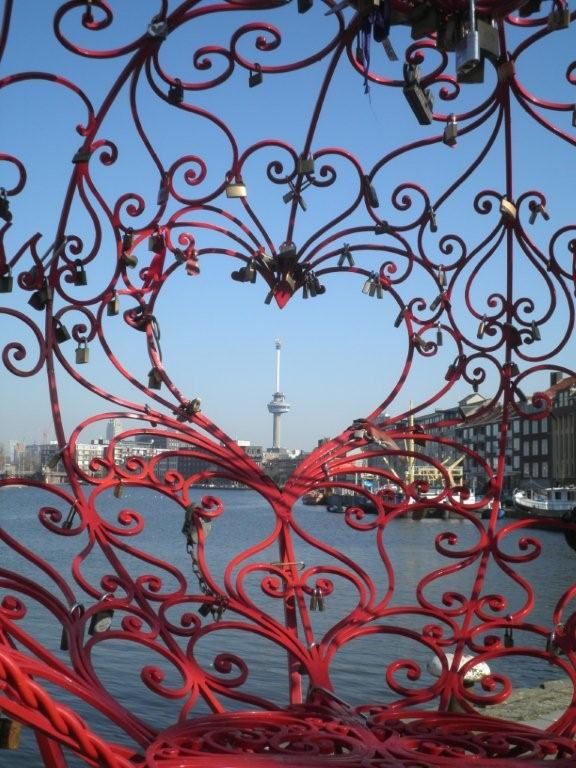 Euromast vanuit de Lock of Love in Delfshaven
